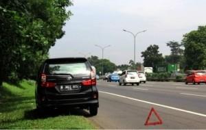 Mobil Pengantin Tetap Selamat Saat Berhenti di Bahu Jalan Toll
