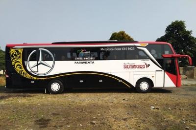 bus pariwisata besar