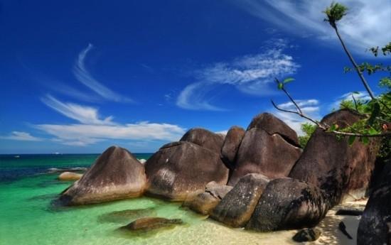 Sewa Paket Wisata Pantai Tanjung Kelayang dari SEMBODO Rent Car