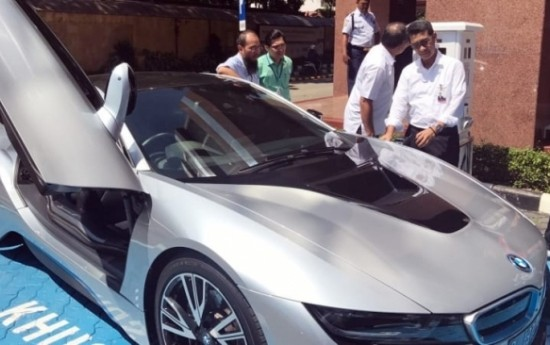 Sewa BMW i8 Sukses Isi Ulang Baterai di SPLU Gambir, Jakarta