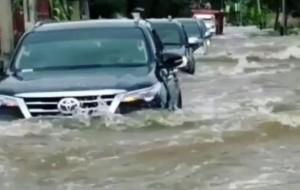 Mobil Pengantin Tips Menerabas Genangan Air Di Musim Hujan. Jangan Asal Gaspol